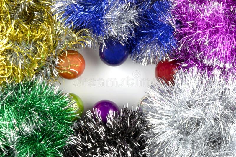 背景由圣诞节球和闪亮金属片制成 库存图片