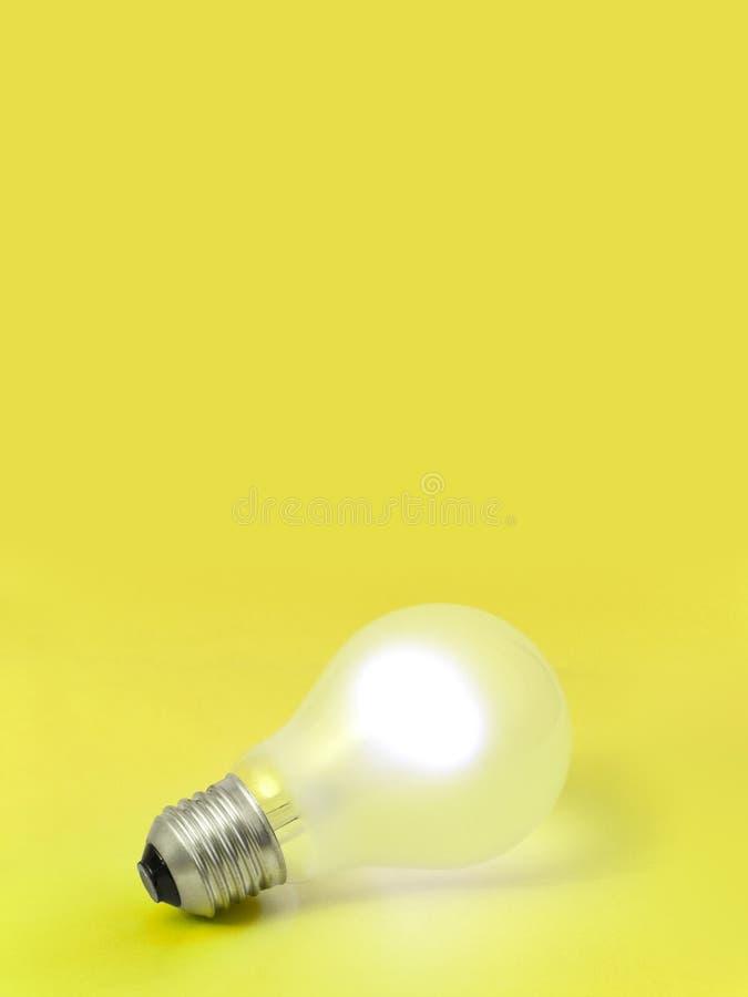 背景电灯泡照明设备黄色 免版税库存照片