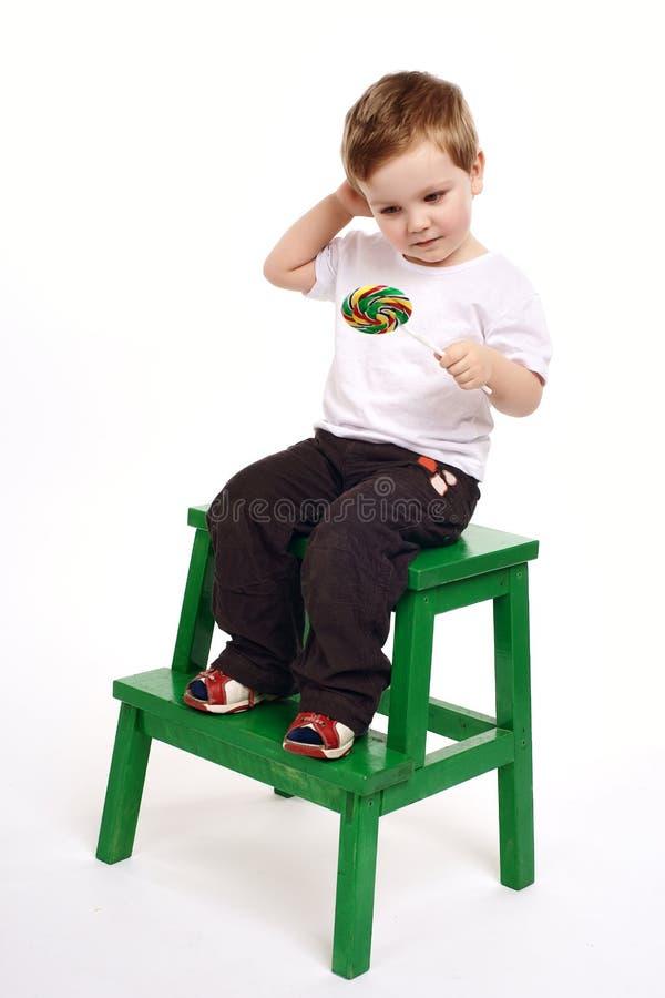 背景男孩光棒棒糖 免版税库存图片