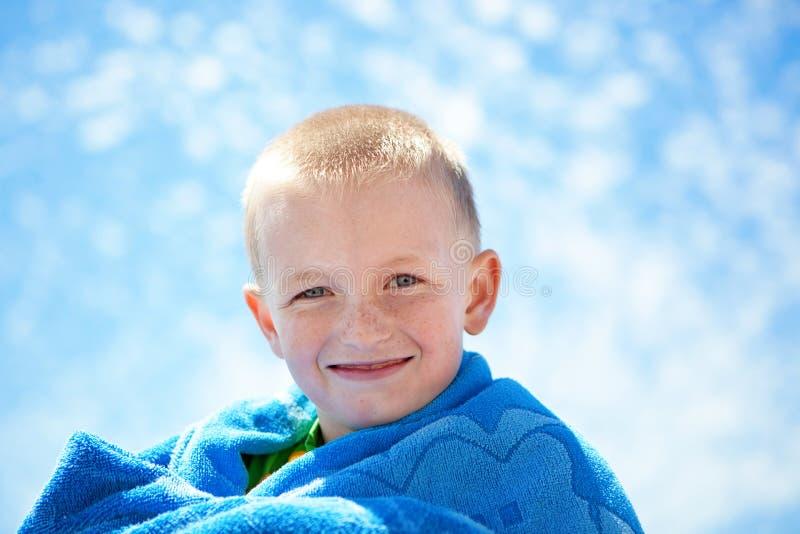 背景男孩愉快的小的天空 免版税库存照片