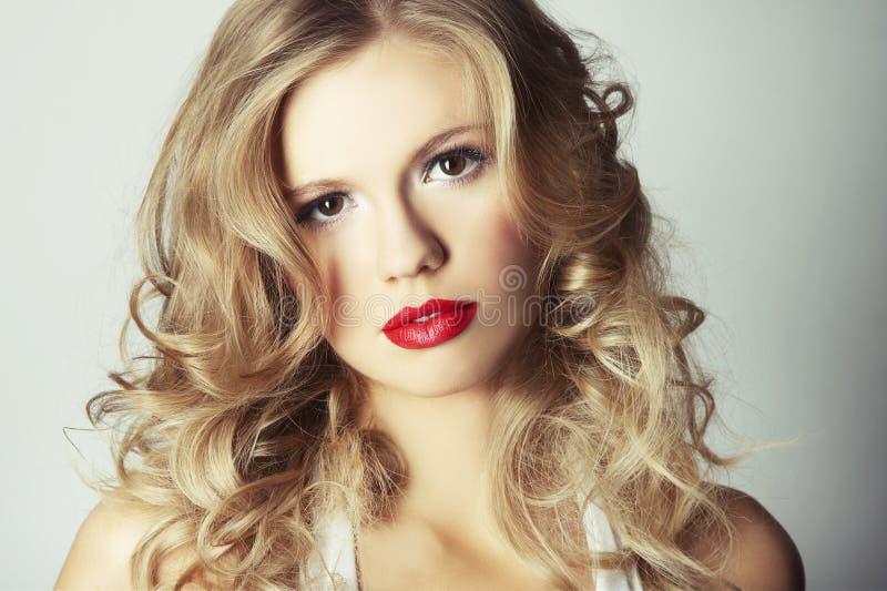 背景白肤金发的女孩灰色性感 库存图片