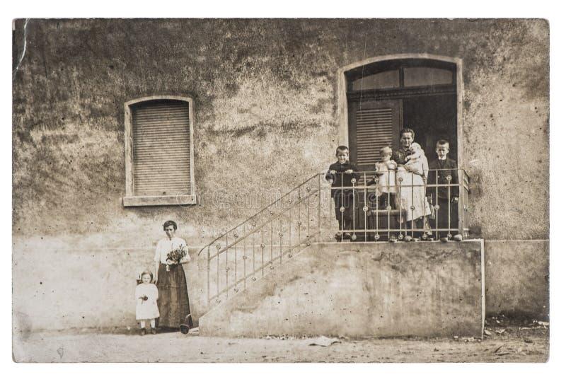 背景的古色古香的照片家庭儿童房子 免版税库存图片