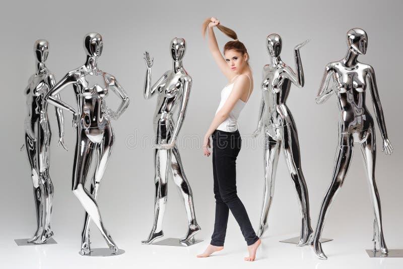 背景的可爱的妇女许多金属发光的时装模特 向量例证