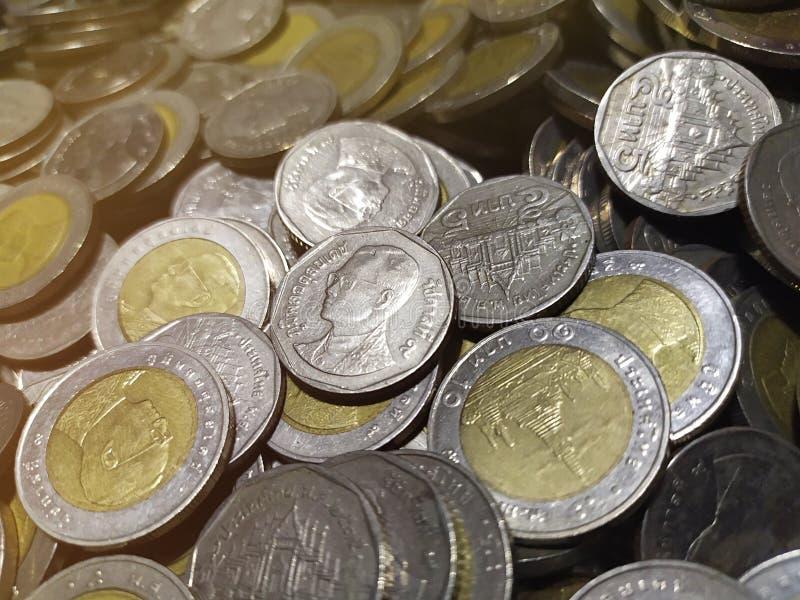 背景的泰国硬币堆关闭 免版税库存图片
