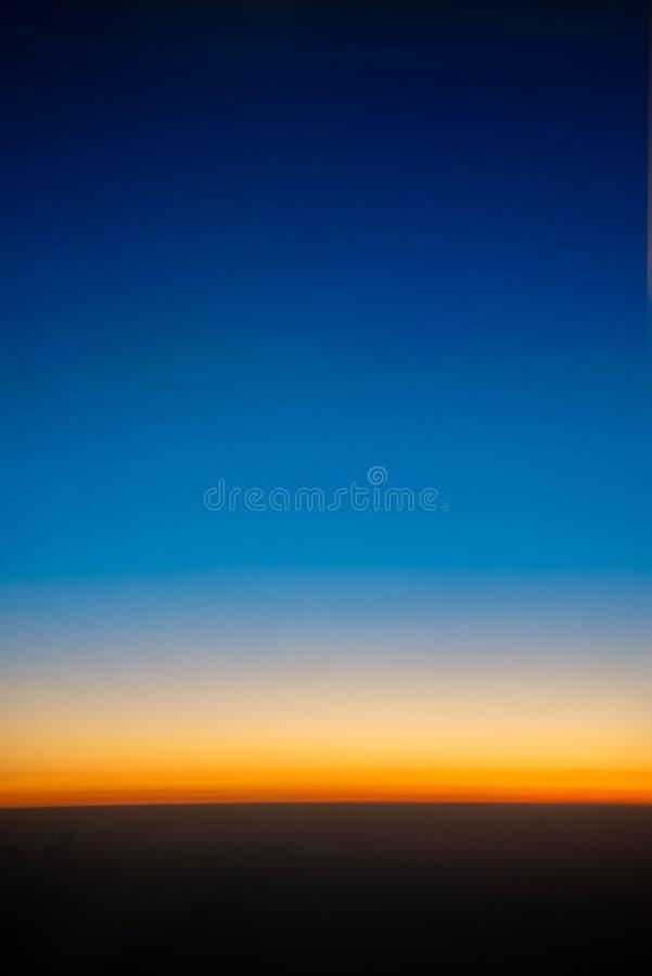 背景的清楚的日落天空 库存照片