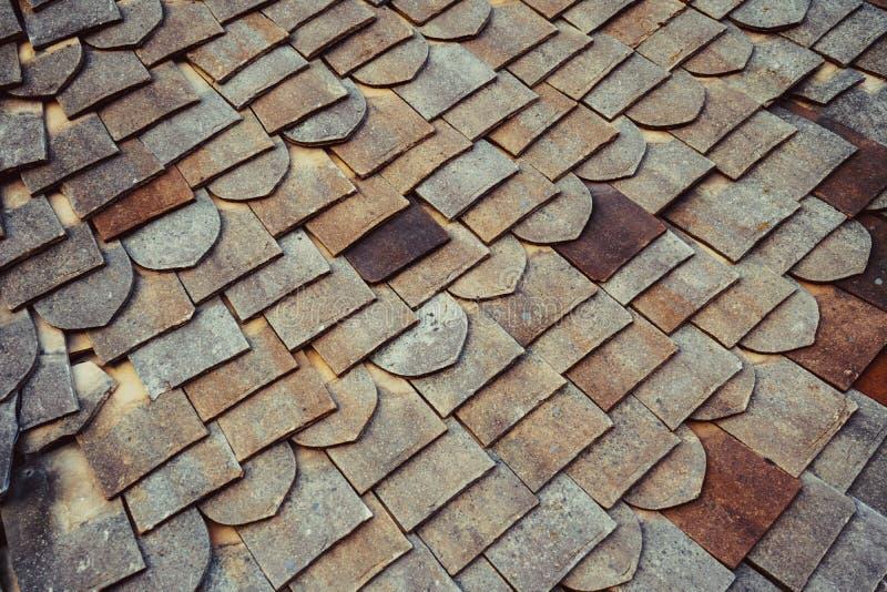 背景的特写屋顶瓦纹理 旧式屋瓦 英国古陶瓷瓦 免版税库存照片