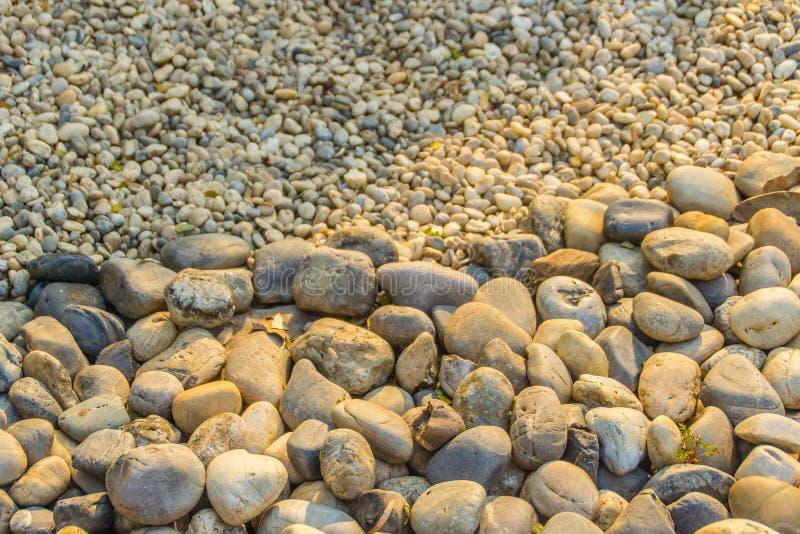 背景的粗糙和美好的河石渣 大和小河小卵石纹理背景 免版税库存照片