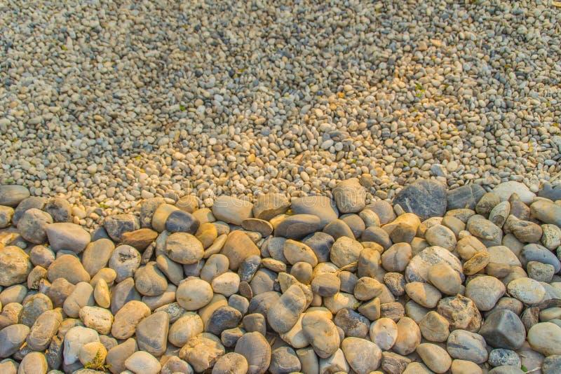 背景的粗糙和美好的河石渣 大和小河小卵石纹理背景 免版税图库摄影