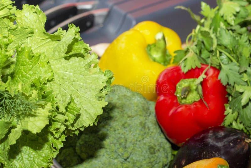背景的被弄脏的菜 辣椒粉,硬花甘蓝,夏南瓜,茄子,莴苣,荷兰芹蓬蒿大葱 库存照片
