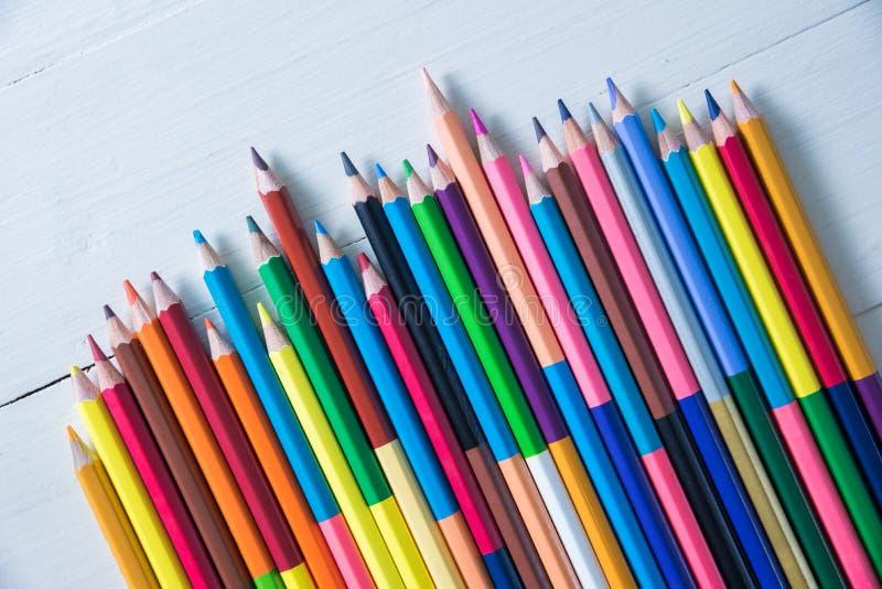 背景的颜色铅笔 免版税库存照片