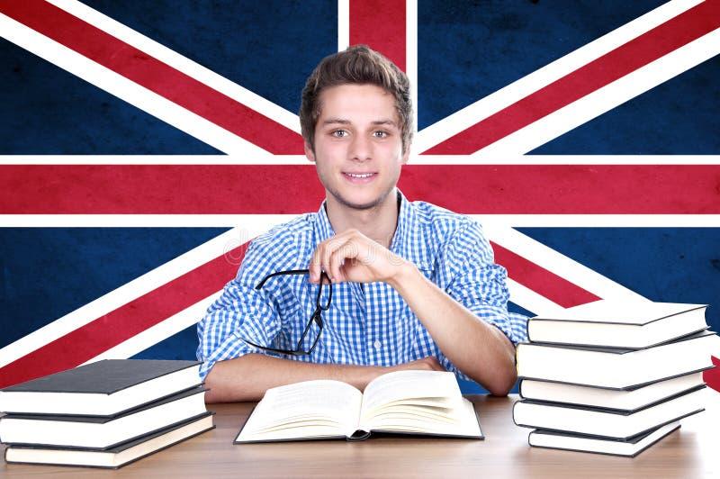 背景的年轻男孩学生与英国旗子 库存照片