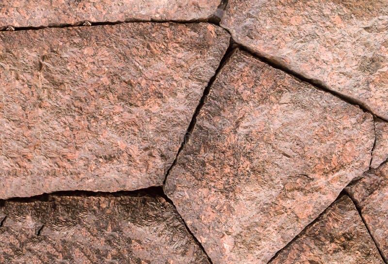 背景石头折叠了花岗岩块墙壁零件浅褐色基地的设计 免版税库存图片