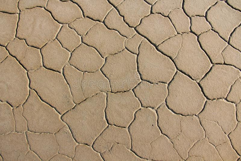 背景破裂的干燥地球 破裂的泥模式 在裂缝的土壤 免版税库存照片