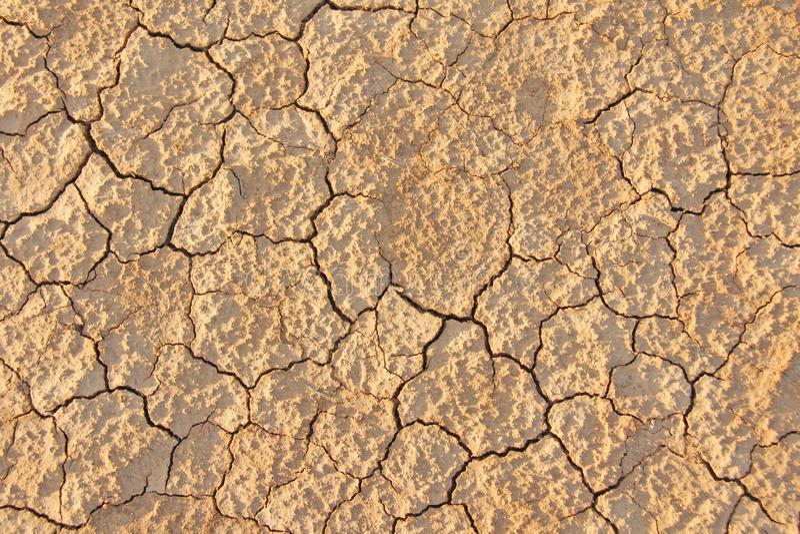 背景破裂的干燥地球 破裂的泥模式 在裂缝的土壤 库存照片