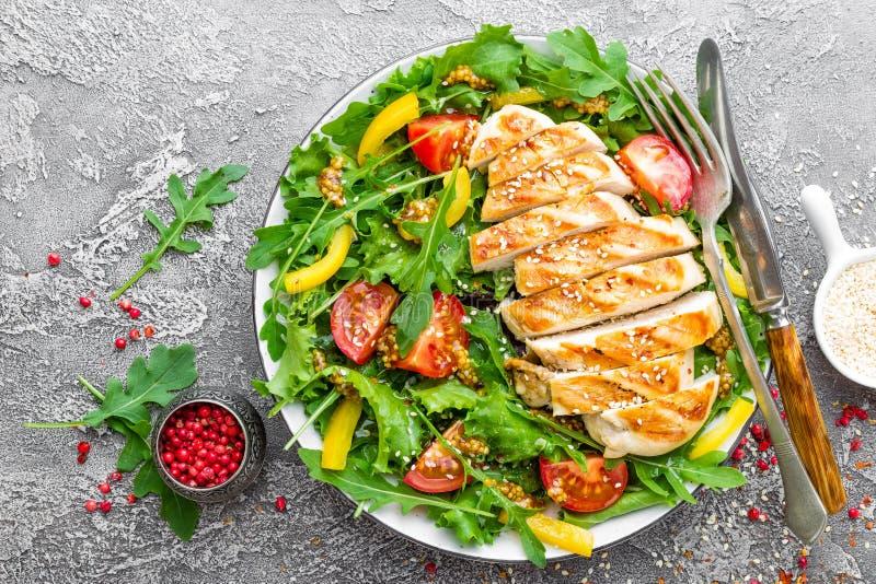 背景碗鸡查出荷兰芹桃子片米沙拉白色 肉沙拉用新鲜的蕃茄、甜椒、芝麻菜和烤鸡胸脯鸡内圆角有新鲜蔬菜的 免版税库存图片
