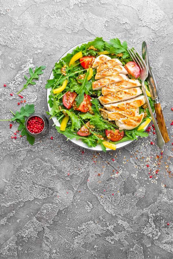 背景碗鸡查出荷兰芹桃子片米沙拉白色 肉沙拉用新鲜的蕃茄、甜椒、芝麻菜和烤鸡胸脯鸡内圆角有新鲜蔬菜的 库存图片