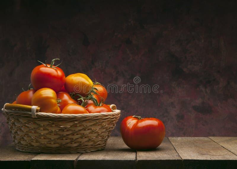 背景篮子深红蕃茄 库存图片