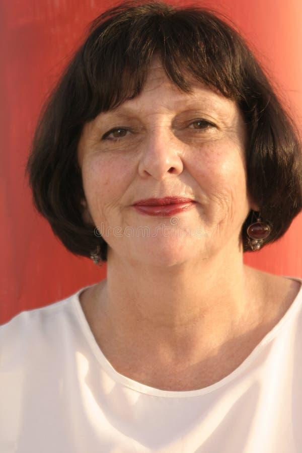 背景红色微笑的妇女 免版税库存照片