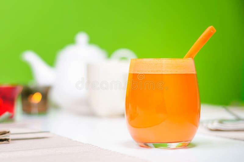 背景红萝卜玻璃汁白色 库存图片