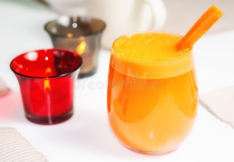 背景红萝卜玻璃汁白色 免版税库存图片