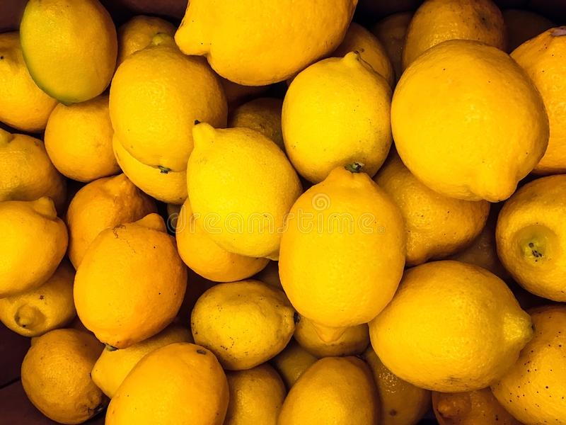 背景纹理是很多黄色柠檬 图库摄影