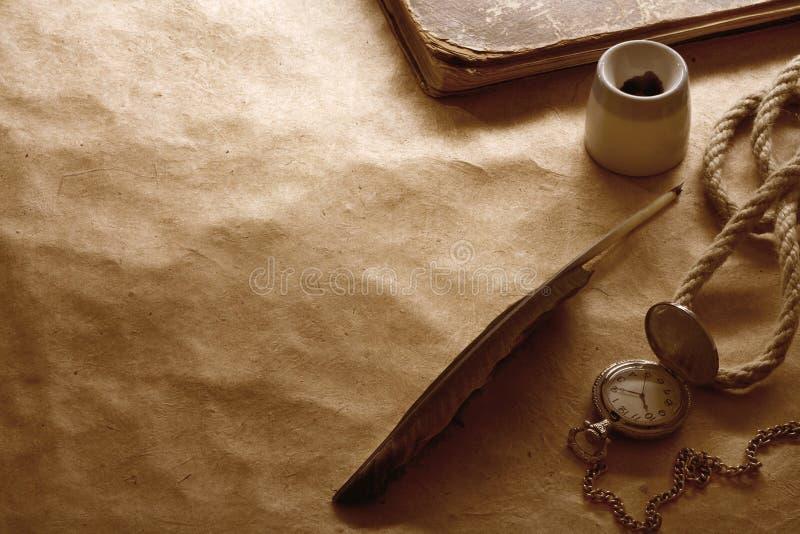 背景羊皮纸笔 库存图片