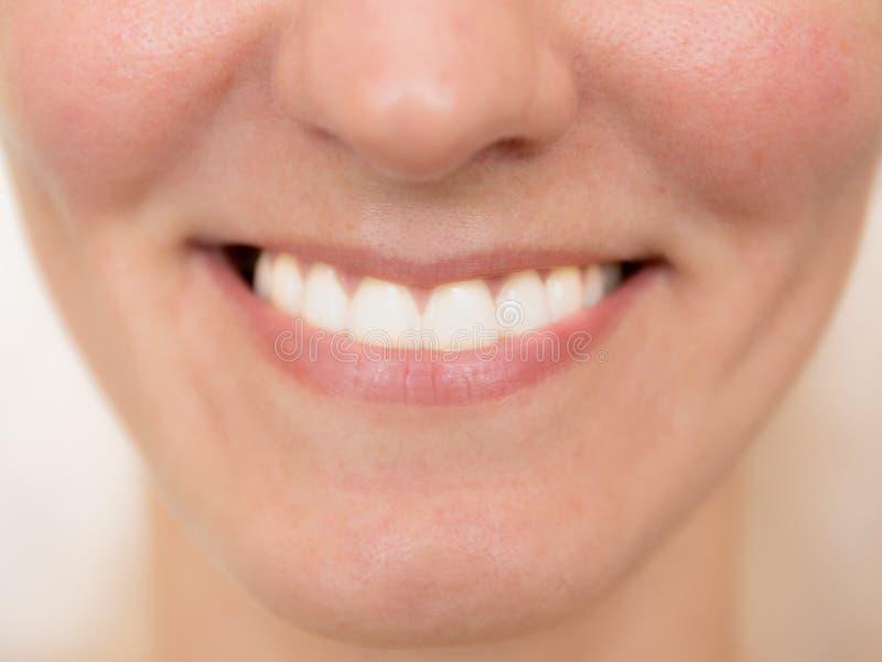 背景美丽查出在微笑白人妇女年轻人 在总计划的白色牙 使用的自由空间和背景 库存图片