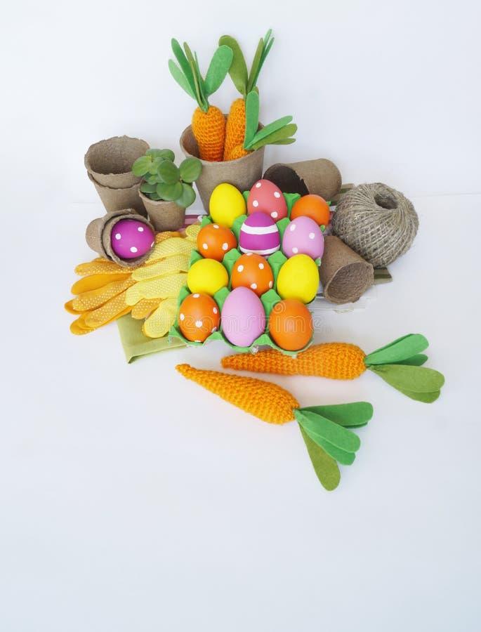 背景美丽的复活节彩蛋节假日污点 复活节彩蛋和红萝卜 被编织的红萝卜 免版税库存照片