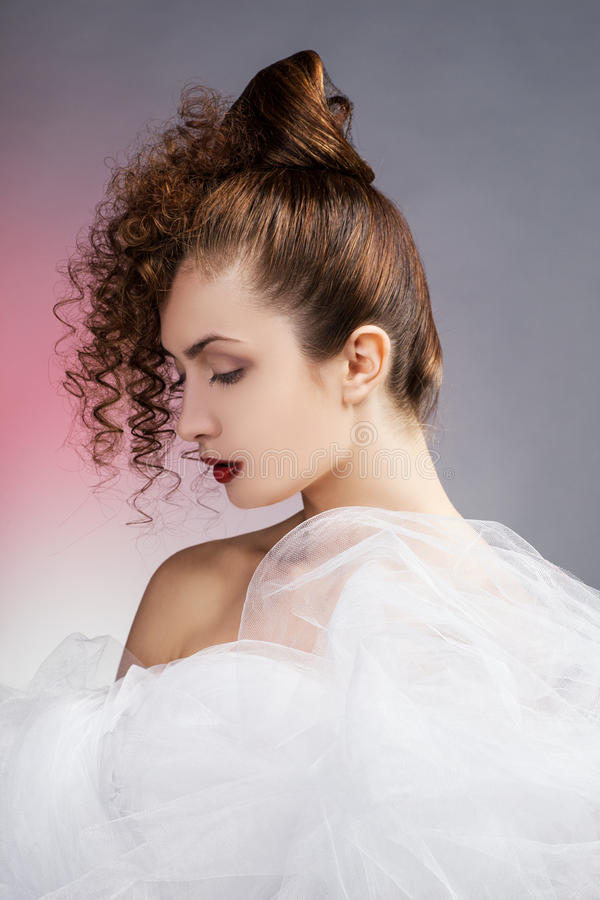 背景美丽的新娘礼服查出纵向婚礼白色 婚礼decoratio 免版税库存图片