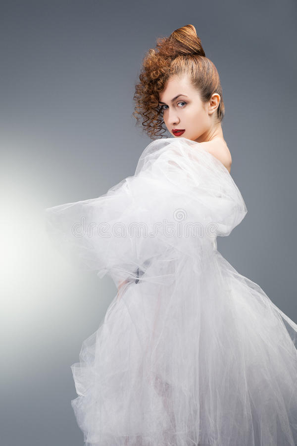 背景美丽的新娘礼服查出纵向婚礼白色 婚礼decoratio 免版税库存照片