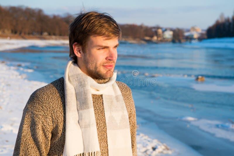 背景美丽的方式女孩查出的空白冬天 人不剃须的英俊的行家在针织品毛线衣羊毛围巾立场冻结的河背景中 冬天 库存图片