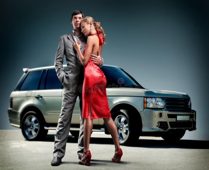 背景美丽的汽车夫妇年轻人 库存图片