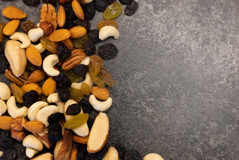 背景胡说-胡桃,马卡达姆坚果,巴西坚果,核桃,杏仁,榛子,开心果,腰果,花生,松果-与拷贝 库存照片