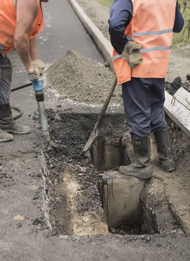 背景能铺使用的路 放置石石油沥青砂胶的工作者在街道r期间 免版税库存图片