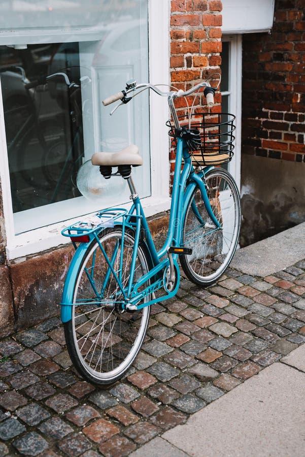 背景自行车蓝色例证向量白色 免版税库存照片