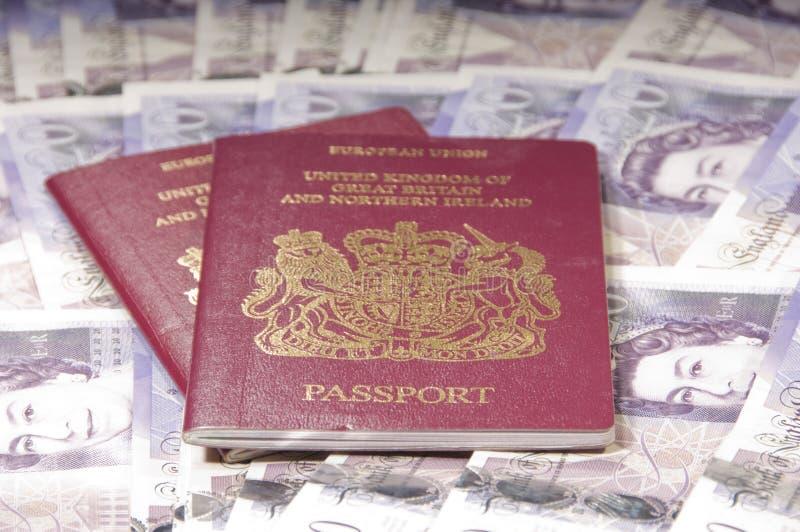 背景英国货币的护照 库存照片