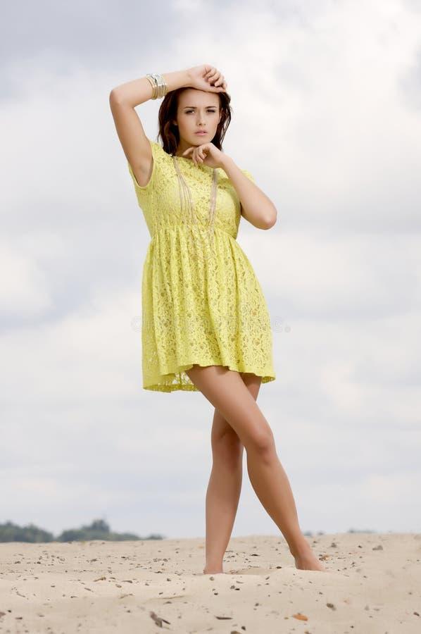 背景蓝天的美丽的女孩 免版税图库摄影