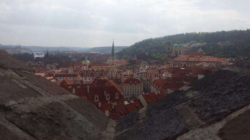背景蓝色五颜六色的房子布拉格天空视图 库存图片