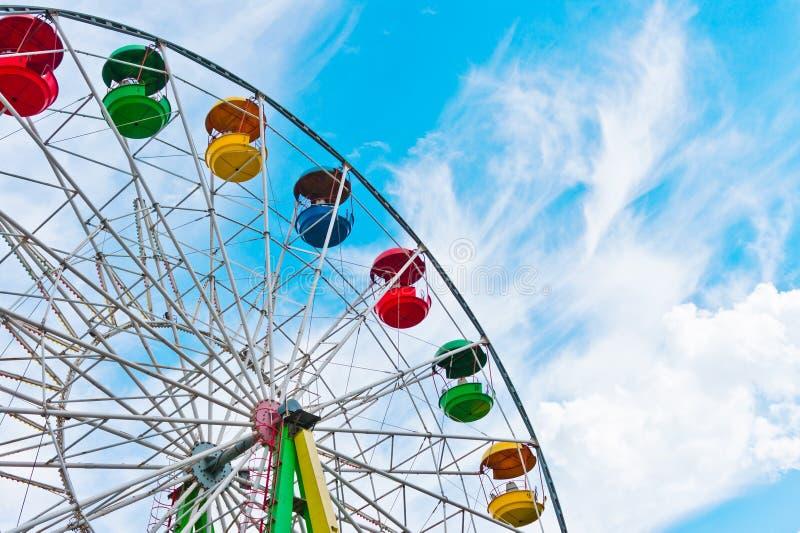 背景蓝色五颜六色的ferris天空轮子 免版税库存图片