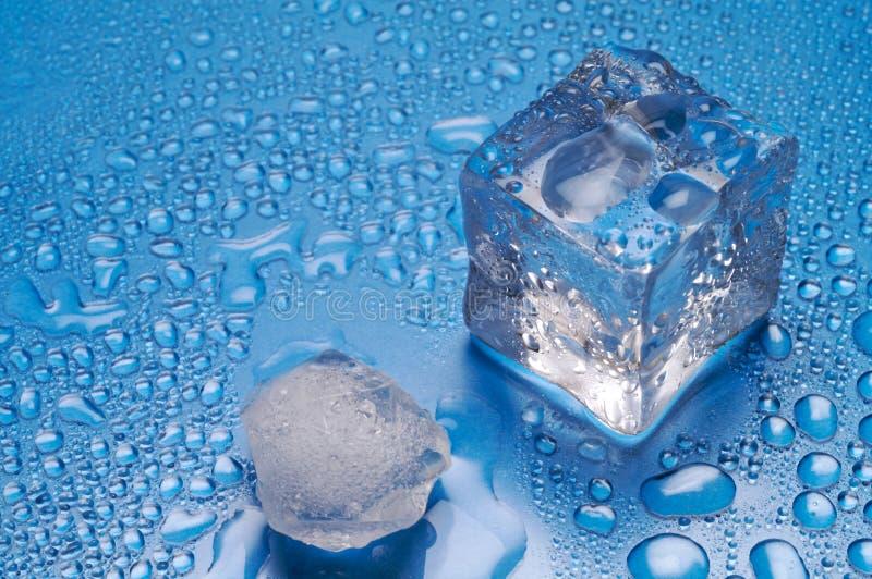 背景蓝色冰熔化 库存图片