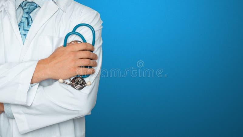 背景蓝色医生听诊器 医学和医疗保健的全球性概念 图库摄影