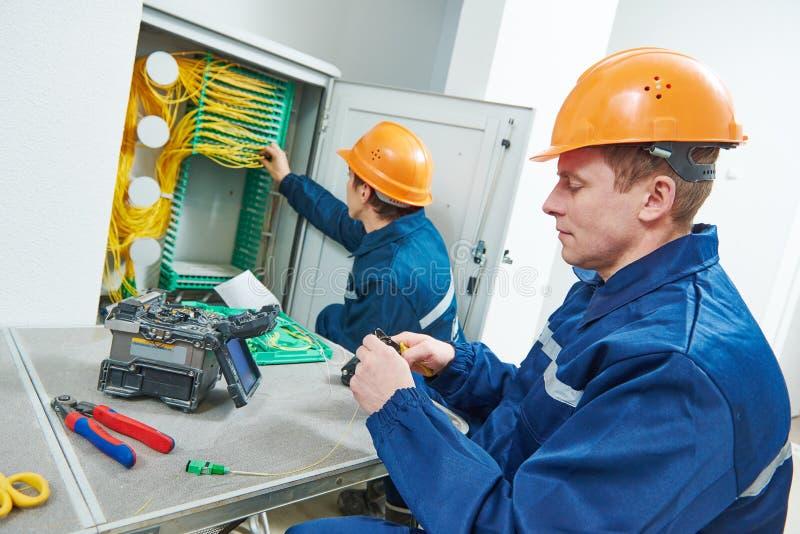 背景蓝色电缆连接深互联网插件 光纤在工作的接合机器 库存照片