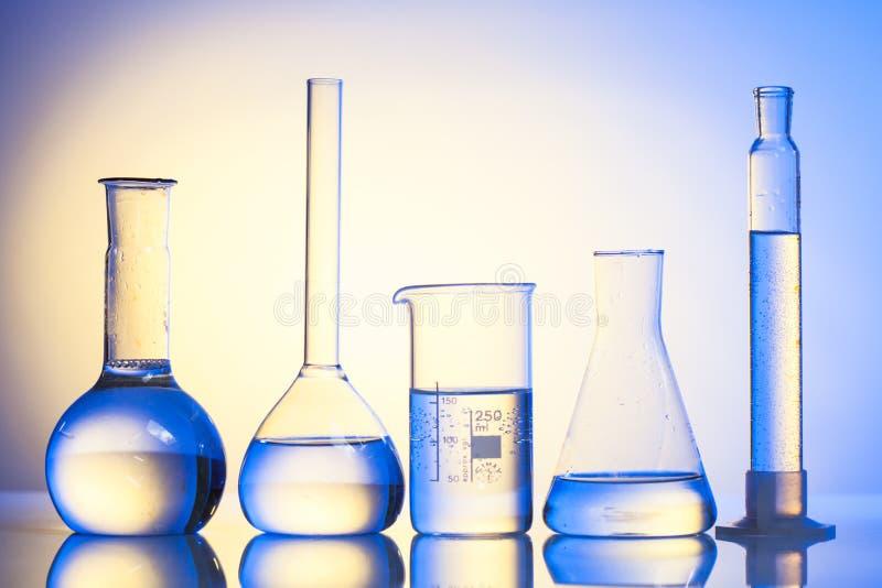 背景蓝色玻璃玻璃器皿实验室 图库摄影