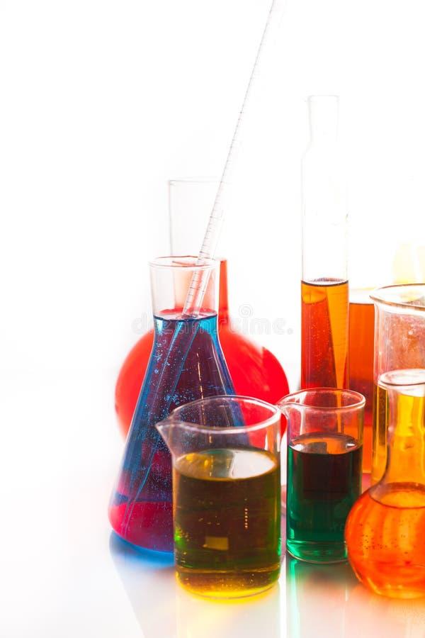 背景蓝色玻璃玻璃器皿实验室 免版税库存图片