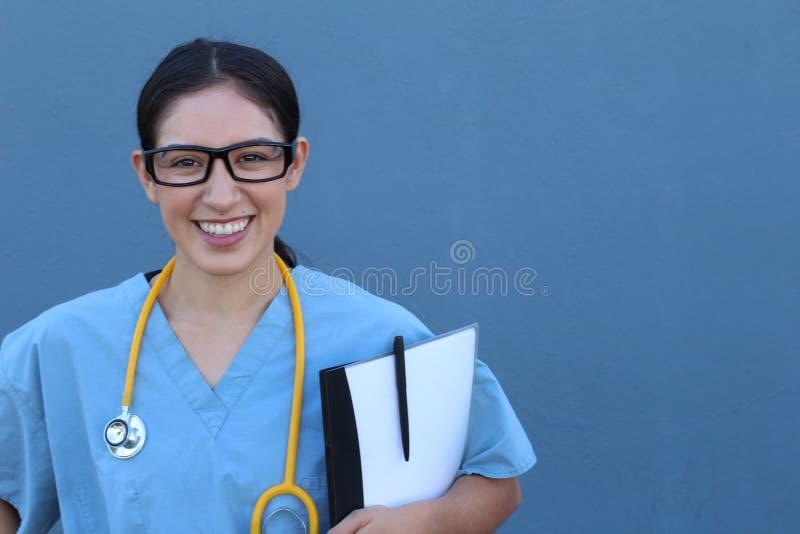背景蓝色医生医疗超出微笑的听诊器 在蓝色背景 库存照片