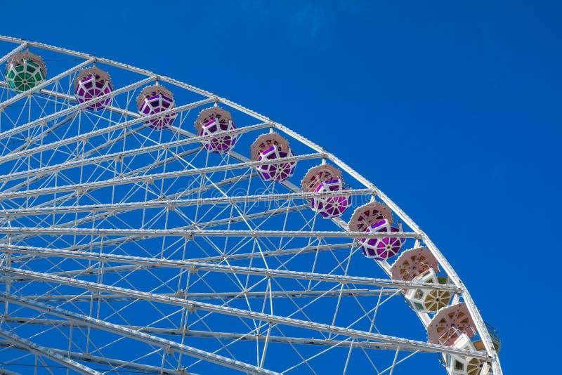 背景蓝色ferris天空轮子 在游乐园 的treadled 免版税图库摄影