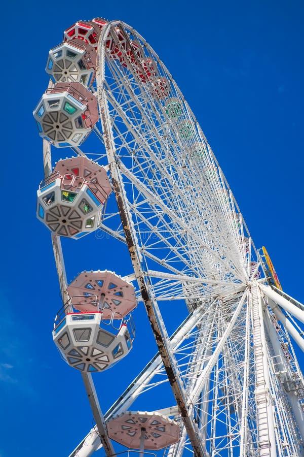 背景蓝色ferris天空轮子 在游乐园 库存照片