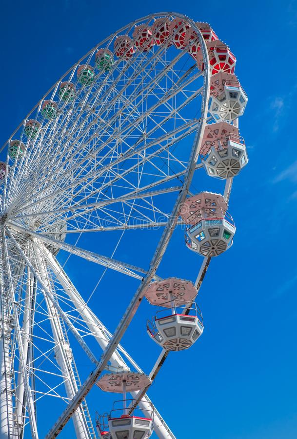 背景蓝色ferris天空轮子 在游乐园 免版税库存图片