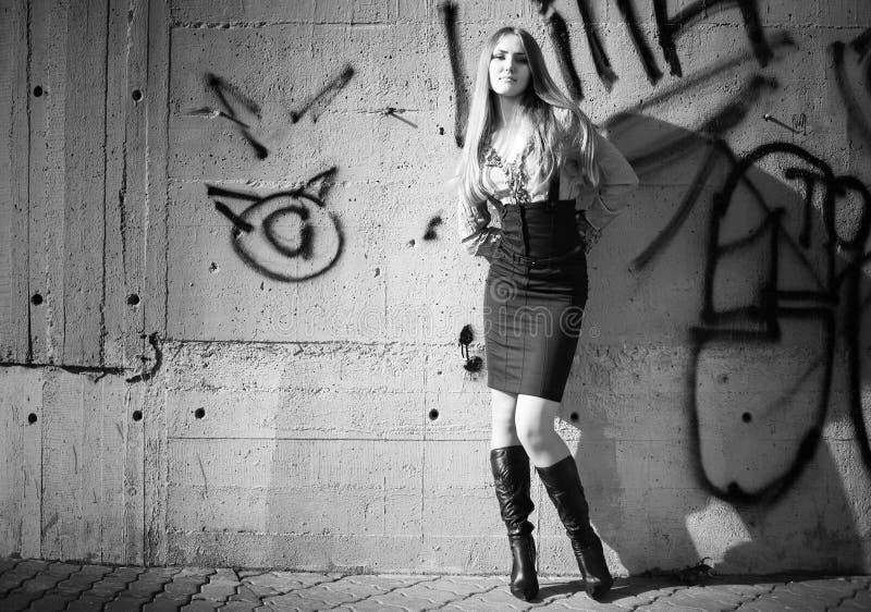 背景街道画墙壁妇女年轻人 库存照片