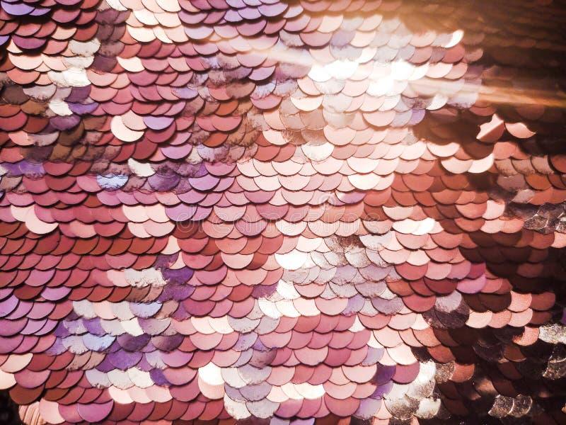 背景衣服饰物之小金属片 衣服饰物之小金属片背景 闪烁表面活化剂 假日摘要与眨眼睛光的闪烁背景 库存图片